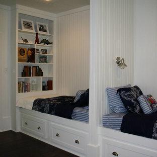 Modelo de dormitorio infantil de 4 a 10 años, de estilo americano, de tamaño medio, con paredes blancas