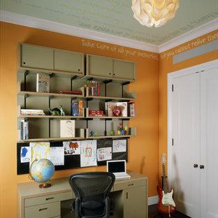 Inspiration för ett stort funkis tonårsrum kombinerat med sovrum, med orange väggar och mörkt trägolv