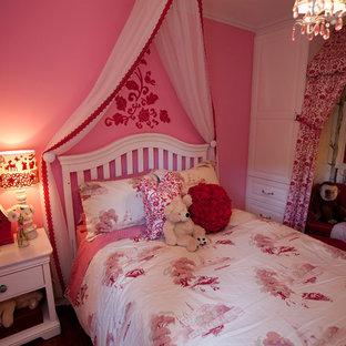 На фото: маленькая детская в классическом стиле с спальным местом и розовыми стенами для ребенка от 4 до 10 лет, девочки с