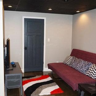 Bild på ett litet funkis barnrum kombinerat med lekrum, med grå väggar och betonggolv