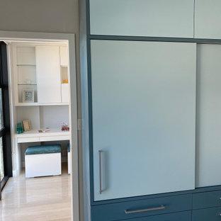Cette image montre une grand chambre d'enfant design avec un bureau, un mur blanc, un sol en marbre et un sol multicolore.