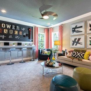 Großes Klassisches Jugendzimmer mit Arbeitsecke, beiger Wandfarbe und Teppichboden in Tampa