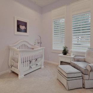 Стильный дизайн: большая детская в современном стиле с спальным местом, фиолетовыми стенами, ковровым покрытием, бежевым полом и кессонным потолком для ребенка от 1 до 3 лет, девочки - последний тренд