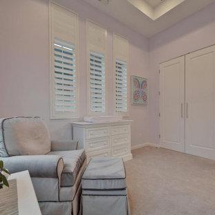 Источник вдохновения для домашнего уюта: большая детская в современном стиле с спальным местом, фиолетовыми стенами, ковровым покрытием, бежевым полом и кессонным потолком для ребенка от 1 до 3 лет, девочки