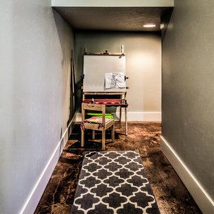 Bild på ett litet amerikanskt barnrum för 4-10-åringar, med grå väggar och betonggolv