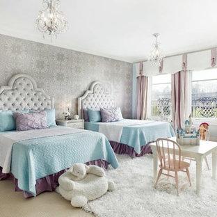 Inspiration pour une grande chambre d'enfant de 4 à 10 ans victorienne avec un mur gris et moquette.