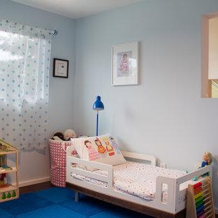 Kleines Modernes Kinderzimmer mit Schlafplatz, blauer Wandfarbe und Bambusparkett in Portland