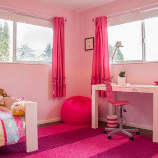 Exempel på ett mellanstort modernt flickrum kombinerat med sovrum och för 4-10-åringar, med rosa väggar och bambugolv