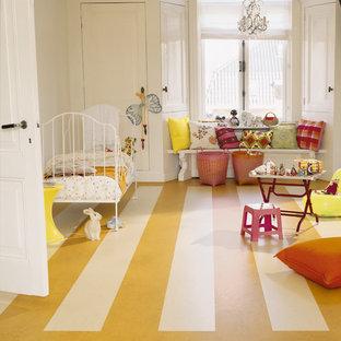 Imagen de dormitorio infantil de 4 a 10 años, tradicional, de tamaño medio, con paredes blancas, suelo de linóleo y suelo amarillo