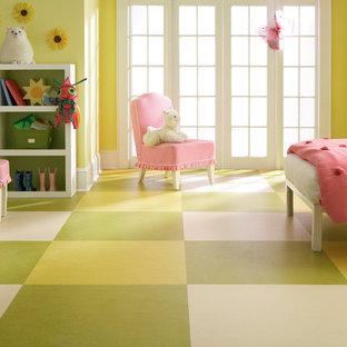 Ejemplo de dormitorio infantil de 4 a 10 años, minimalista, de tamaño medio, con paredes amarillas, suelo de linóleo y suelo multicolor