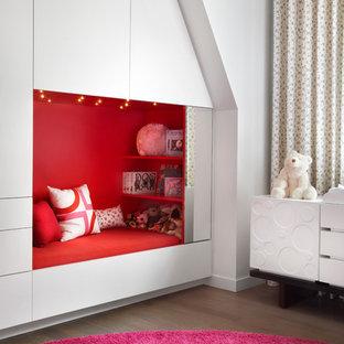 Ispirazione per una cameretta per bambini da 1 a 3 anni design di medie dimensioni con pareti bianche e parquet scuro