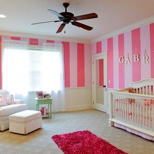 Foto på ett stort tropiskt barnrum kombinerat med sovrum, med rosa väggar och heltäckningsmatta