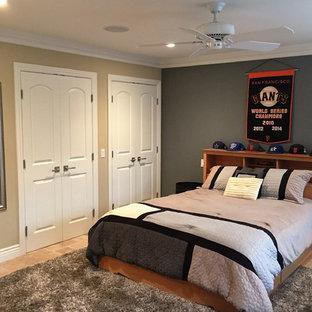 Exempel på ett stort klassiskt barnrum kombinerat med sovrum, med travertin golv, flerfärgade väggar och brunt golv