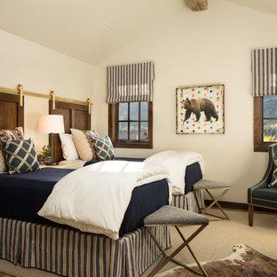 Ejemplo de dormitorio infantil rural con paredes blancas, moqueta y suelo beige