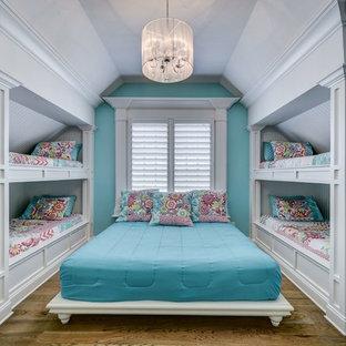 Idéer för att renovera ett mellanstort vintage barnrum kombinerat med sovrum, med blå väggar, brunt golv och mörkt trägolv
