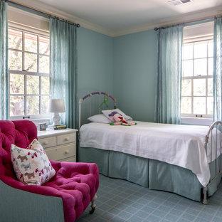 Modelo de dormitorio infantil clásico, de tamaño medio, con paredes azules, moqueta y suelo azul