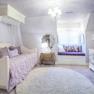 Cette image montre une chambre d'enfant de 1 à 3 ans traditionnelle avec un mur violet et moquette.