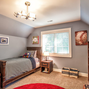 Esempio di una cameretta da letto classica con pareti grigie