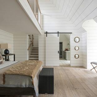 Idéer för ett stort lantligt barnrum kombinerat med sovrum, med vita väggar, ljust trägolv och beiget golv