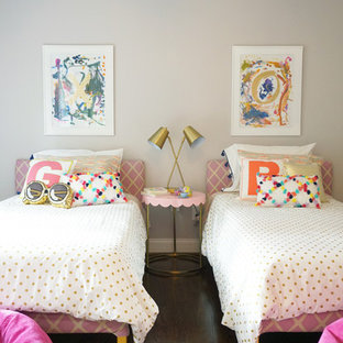 Immagine di una cameretta per bambini da 1 a 3 anni tradizionale di medie dimensioni con pareti grigie, parquet scuro e pavimento marrone