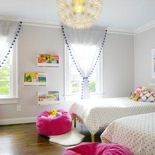 Idéer för mellanstora funkis barnrum kombinerat med sovrum, med grå väggar, mörkt trägolv och brunt golv