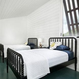 Idee per una cameretta per bambini da 4 a 10 anni country con pareti bianche, pavimento in legno verniciato e pavimento verde