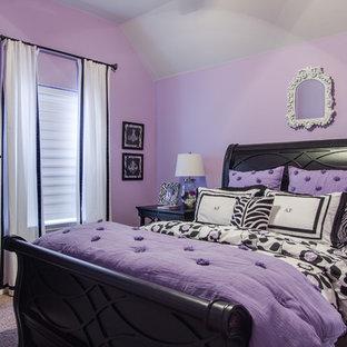 Diseño de dormitorio infantil clásico, pequeño, con paredes púrpuras y moqueta
