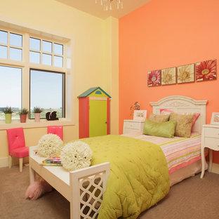 Exempel på ett stort modernt flickrum kombinerat med sovrum och för 4-10-åringar, med flerfärgade väggar och heltäckningsmatta