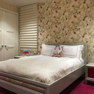На фото: детская среднего размера в классическом стиле с спальным местом, разноцветными стенами, ковровым покрытием и красным полом для ребенка от 4 до 10 лет, девочки