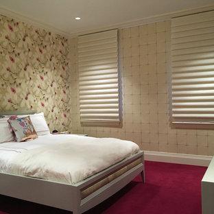 Идея дизайна: детская среднего размера в классическом стиле с спальным местом, разноцветными стенами, ковровым покрытием и красным полом для ребенка от 4 до 10 лет, девочки