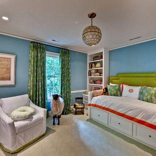 Bild på ett eklektiskt könsneutralt barnrum, med blå väggar och heltäckningsmatta