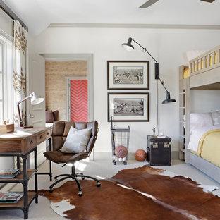 Foto de dormitorio infantil tradicional renovado con paredes blancas y moqueta