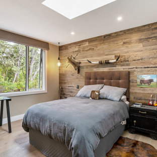 Foto de dormitorio infantil machihembrado y madera, contemporáneo, de tamaño medio, machihembrado y madera, con paredes marrones, suelo de madera clara, machihembrado, madera y suelo beige