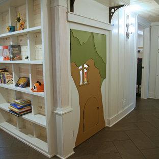 Idée de décoration pour une petit chambre d'enfant de 4 à 10 ans urbaine avec un mur blanc, un sol en carrelage de céramique et un sol marron.