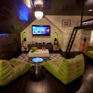 Aménagement d'une petite chambre d'enfant contemporaine avec un mur blanc et un sol en bois foncé.