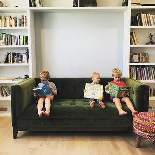 Idee per una grande cameretta per bambini stile americano con pareti blu, parquet chiaro e pavimento marrone