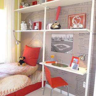 Cette photo montre une chambre de garçon de 4 à 10 ans tendance avec un bureau et un mur multicolore.