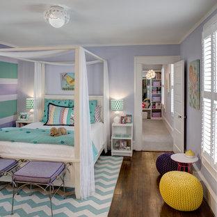 Inspiration för ett vintage flickrum kombinerat med sovrum, med lila väggar och mörkt trägolv
