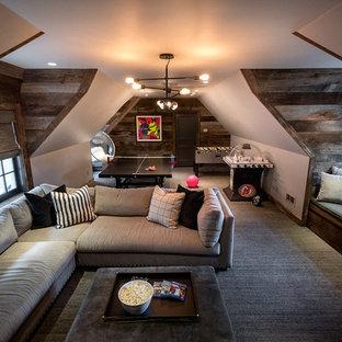 Ispirazione per una cameretta per bambini chic di medie dimensioni con pareti grigie, moquette e pavimento marrone