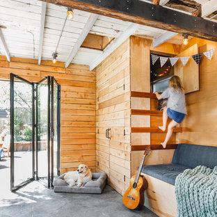 Idéer för att renovera ett litet lantligt barnrum kombinerat med lekrum, med betonggolv och grått golv