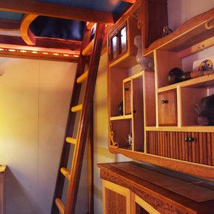 Immagine di una cameretta per bambini da 1 a 3 anni american style di medie dimensioni con pareti beige