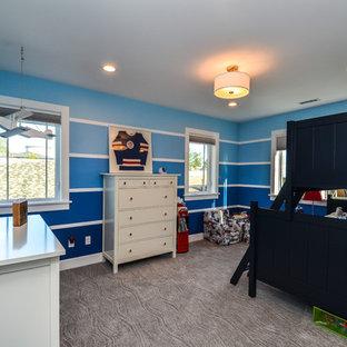 Esempio di una grande cameretta per bambini da 4 a 10 anni american style con pareti blu e moquette