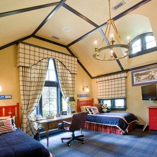 Пример оригинального дизайна: детская в классическом стиле с спальным местом, бежевыми стенами и ковровым покрытием для ребенка от 4 до 10 лет, мальчика