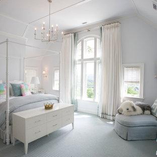 Exempel på ett klassiskt flickrum kombinerat med sovrum och för 4-10-åringar, med heltäckningsmatta, blått golv och grå väggar
