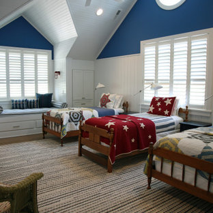 На фото: большая нейтральная детская в морском стиле с спальным местом, синими стенами, паркетным полом среднего тона, коричневым полом, сводчатым потолком и деревянными стенами для подростка с