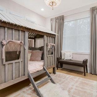 Foto de dormitorio infantil de 4 a 10 años, costero, grande, con paredes rosas, suelo de madera clara y suelo beige