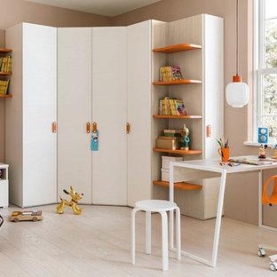 Neutrales Modernes Kinderzimmer mit Arbeitsecke, beiger Wandfarbe und hellem Holzboden in Venedig