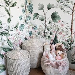 Ispirazione per una piccola cameretta per bambini da 4 a 10 anni minimalista con pareti bianche, parquet chiaro e carta da parati