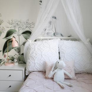 Idee per una piccola cameretta per bambini da 4 a 10 anni moderna con pareti bianche, parquet chiaro e carta da parati