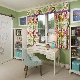 Esempio di una cameretta per bambini tradizionale di medie dimensioni con moquette, pavimento beige e pareti verdi